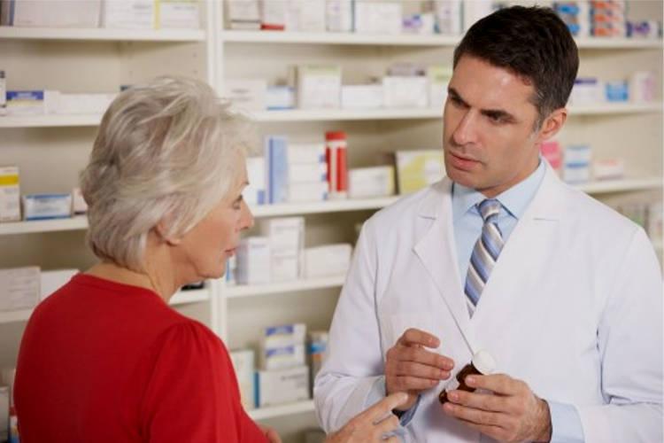 Женщина покупает препараты для сердца