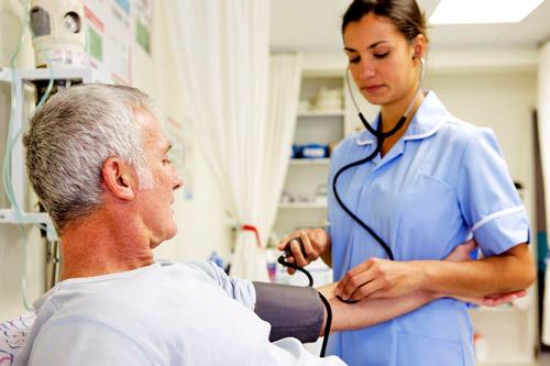 Замер артериальное давление медицинской сестрой