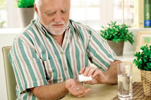 Мужчина принимает лекарства