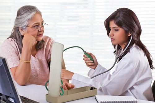 Женщин измеряют артериальное давление