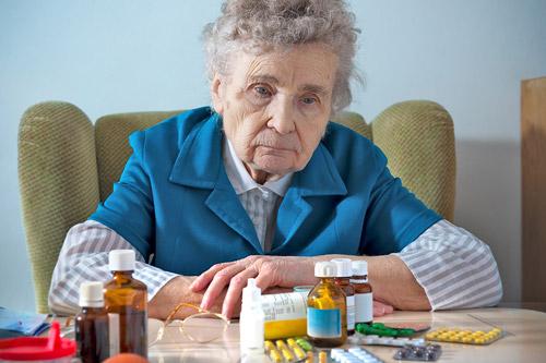 Прием лекарств пожилой женщиной