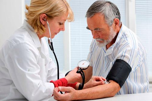 Измерение артериального давление мужчине