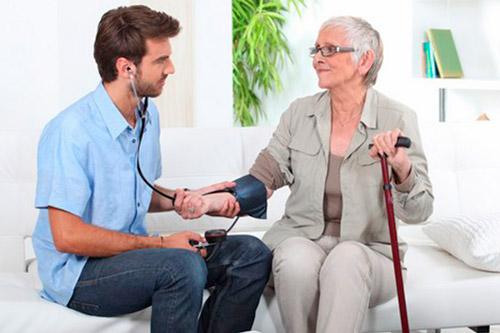 Пожилая женщина с гипертонией