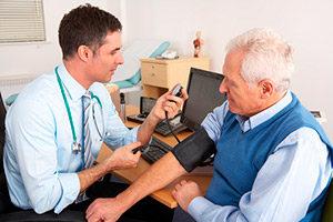 Измерение давления пациенту врачом