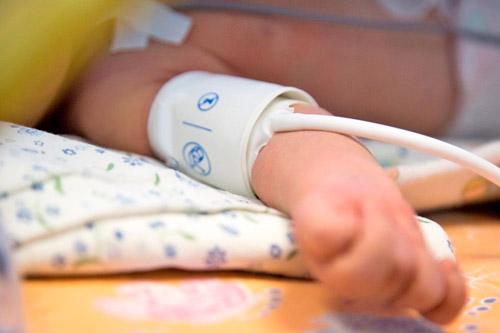 Измеряют артериальное давление ребенку