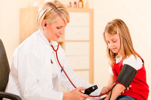 Девочке измеряют артериальное давление