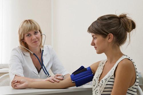 Подростку измеряют артериальное давление