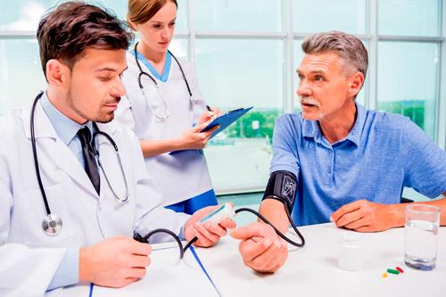 Мужчине измеряют артериальное давление