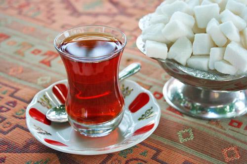Выпить сладкий горячий чай