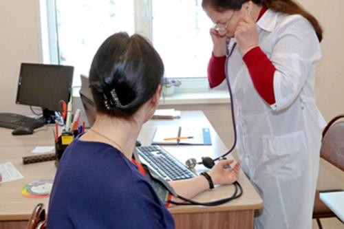 Измерение артериального давление у женщины