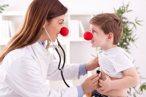 Врач слушает сердце ребенка