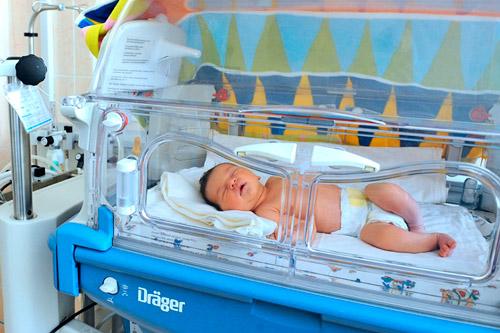 Новорожденный ребенок в боксе