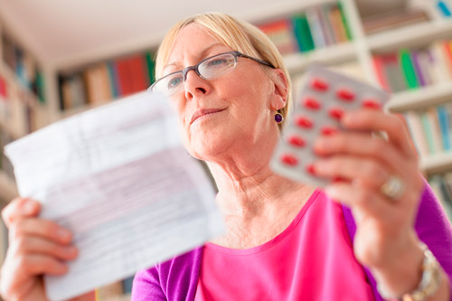 Женщина читает инструцию