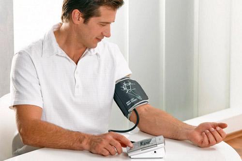 Измерение артериального давления мужчиной