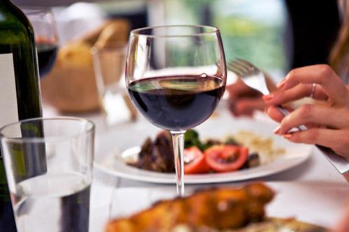 Алкогольные напитки во время еды