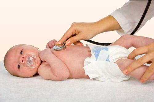 Осмотр грудного ребенка врачом