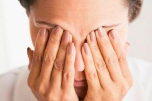 Легонько надавить человеку на закрытые глаза
