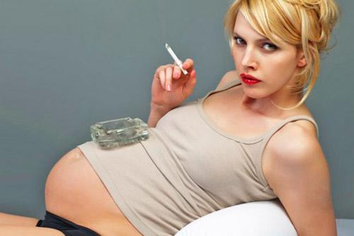 Курение беременной женщиной