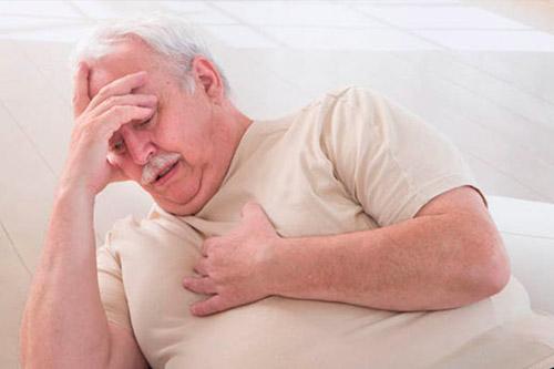 Мужчина с болью в груди