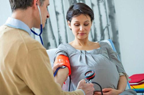 Беременной женщине измеряют АД