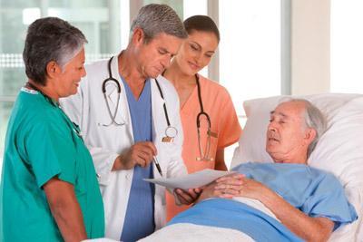 Врач обходит пациентов