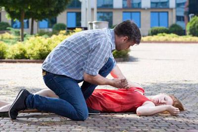 Девушка упала в обморок