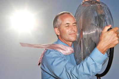 Мужчина возле вентилятора