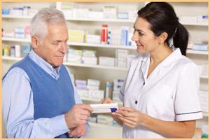 Мужчина покупает лекарства